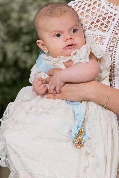 Prinz Oscar sieht seiner Schwester Estelle zum Verwechseln ähnlich. Hier gibt es den Bildvergleich.