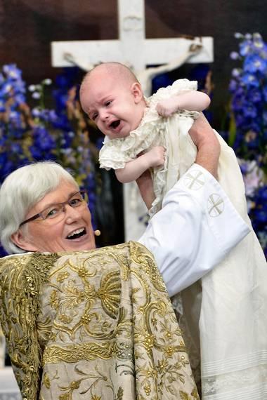 Prinz Nicolas hat es vorgemacht: Als Erzbischöfin Antje Jackelén ihn bei seiner Taufe am 11. Oktober 2015 in die Höhe hebt, reagiert er mit einer kleinen Heulattacke.