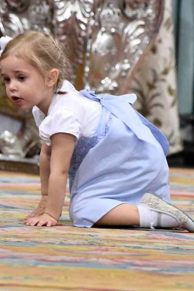 Prinzessin Leonore kann nicht still sitzen und krabbelt bei der Taufe ihres Cousins Prinz Oscar durch die Schlosskirche.