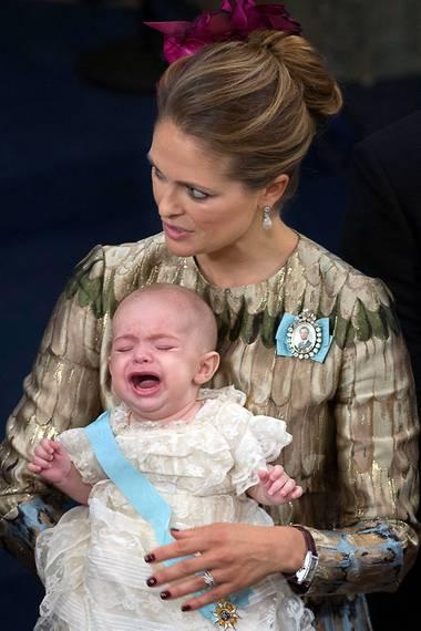 Auch Prinzessin Victorias Schwester Prinzessin Madeleine hatte bei Prinz Nicolas zwischendurch Mühe, den kleinen Mann zu beruhigen.