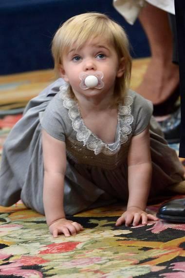 Dieses Bild kennen wir doch: Bei der Taufe ihres Bruders Prinz Nicolas macht sich die kleine Prinzessin ebenfalls krabbelnd auf den Weg durch die Kirche. Im Oktober 2015 allerdings noch mit Schnuller im Mund.