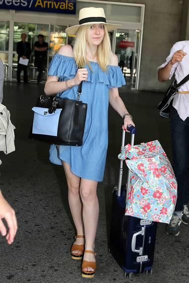 Für Flugreisen nach Südfrankreich scheint das von Alexa Chung für AG designte Jeanskleid auch bestens geeignet zu sein. Dakota Fanning trug es bei ihrer Ankunft am Flughafen von Nizza.
