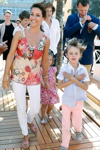 Auch Prinzessin Marie ist in Rio dabei: Beim Besuch des dänischen Pavillons trägt sie ein legeres Outfit mit weißer Hose und eine bunt gemusterten Bluse.