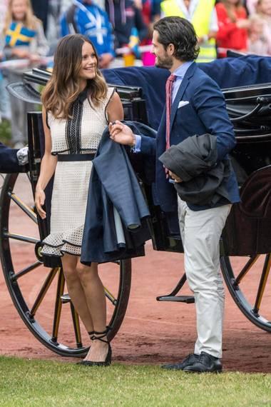 Es ist nicht das gleiche Kleid - aber man könnte es glatt verwechseln. Sofia von Schweden und Letizia von Spanien tragen beide ein helles knielanges ärmelloses Kleid mit schwarzen Streifenapplikationen.