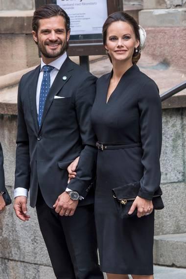 Beim Gottesdienst anlässlich der Eröffnung des Sitzungsjahres im schwedischen Parlament ist Sofia ganz in Schwarz gekleidet. Das figurbetonte Kleid zeigt, wie schlank sie bereits nach der Geburt von Söhnchen Alexander geworden ist.