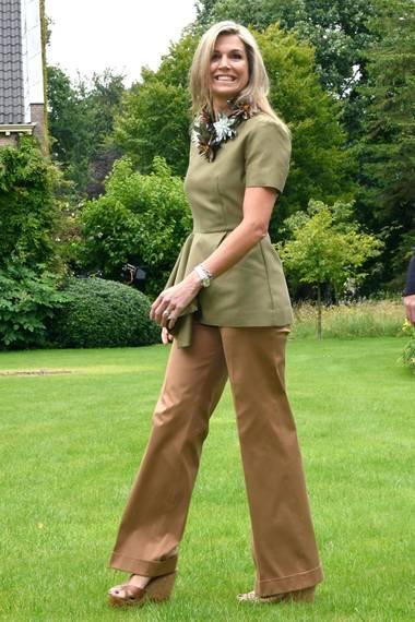 Auch Königin Máxima sieht beim Fototermin der holländischen Königsfamilie fantastisch aus: Ihr grünes Top kann jeder für 40 Euro bei COS kaufen. Die braune Hose kaufte sich Máxima schon vor einigen Jahren bei ihrem Lieblings-Designer Natan in Brüssel. Dazu kombiniert sie eine XXL-Kette und Schuhe von Jimmy Choo.