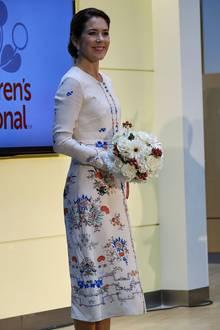 Das geblümte Kleid stammt von russischen Designerin Olga Vilshenko. Entscheiden Sie selbst, wem die von russischen Märchen inspirierte Couture besser steht.