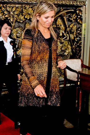 Teilen sich die Schwägerinnen Máxima und Mabel der Niederlande etwa den Kleiderschrank? Bei ihrem Besuch in Indonesien trägt Königin Máxima eine lange Strickjacke, die wir auch schon an Mabel gesehen haben.