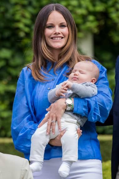 Prinzessin Sofia ist wenige Wochen nach der Geburt von Söhnchen Alexander wieder top in Form. Zum Sommer-Shooting der Königsfamilie trägt die 31-Jährige eine meeresblaue Bluse und eine enge weiße Jeans.
