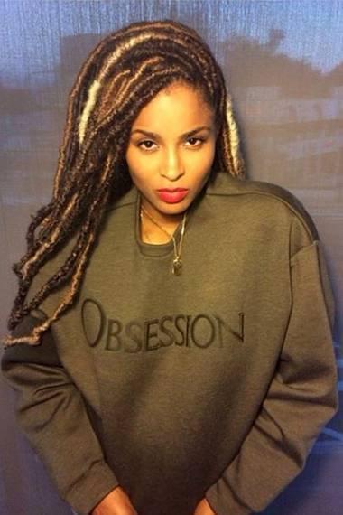 """Sängerin Ciara findet, dass dieser """"Obsession-Sweater"""" nicht nur Männer tragen können und postet auf Instagram dieses Selfie."""