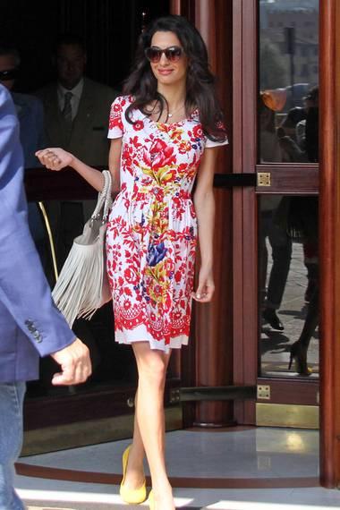 Auch George Clooneys Verlobte Amal Alamuddin mag es sommerlich folkloristisch. Mit dem gleichen Kleid wurde sie in Florenz gesichtet.