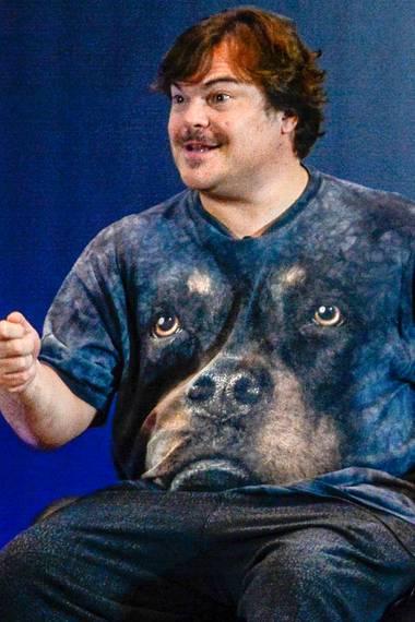 """Aber auch Jack Black scheint den """"Trend"""" für sich entdeckt zu haben und trägt einen unfreundlich dreinschauenden Hund auf seinem Shirt."""