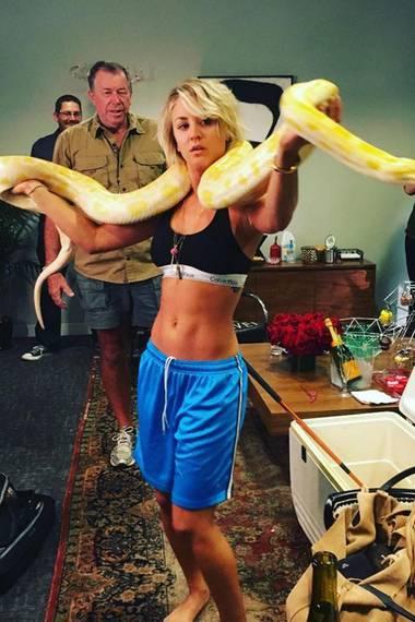 """Schauspielerin Kaley Cuoco interpretierte Britney Spears Song """"I`m a Slave 4 U"""" bei """"Lip Sync Battle"""". Für ihren Auftritt verwendete sie sogar eine lebende Python, so wie es Britney Spears bei den MTV Video Music Awards 2001 tat."""