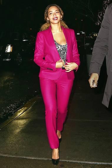 Im selben Anzug leuchtet auch Beyoncé bei einer Weihnachstfeier in New York.