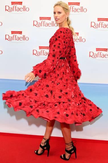 Karolina Kurkova strahlt förmlich in ihrem roten, wallenden Kleid. Dazu kombiniert sie schwarze Heels. Was meinen Sie, wem stehts besser?