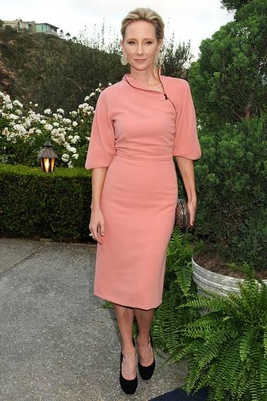 Auch Anne Heche macht im gleichen Outfit eine tolle Figur, wenn auch ohne den roten Gürtel.