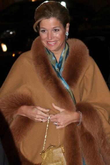 Máxima hat sich 2005 das Pelz-Cape von ihrer Schwiegermutter geliehen und es anlässlich des silbernen Regierungsjubiläums von Beatrix getragen.