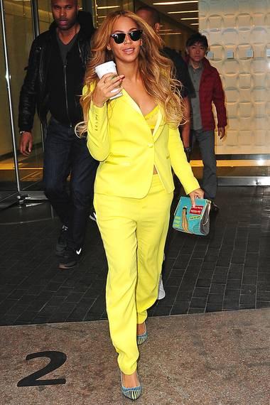 Strahlend schön in leuchtendem Gelb: Beyoné trägt den auffälligen Anzug von Zadig & Voltaire mit farblich passendem Spitzen-BH.