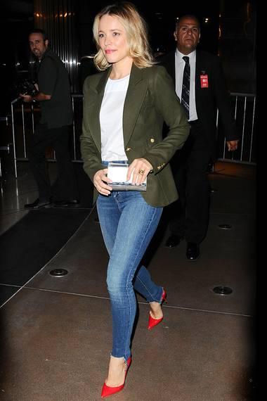 Schauspielerin Rachel McAdams kombiniert den taillierten Blazer? zu einer Röhrenjeans und roten Lack-High-Heels.