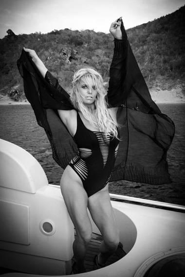 """Eine toll trainierte Jessica Simpson genießt ihr Leben auf der Jacht und posiert in ihrem """"Dakotta""""-Badeanzug von Agent Provocateur so richtig sexy."""