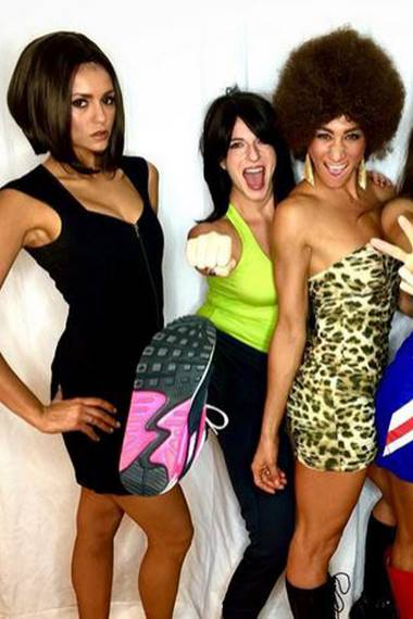"""Ganz schön überzeugend gibt Nina Dobrev an Halloween die """"Posh Spice"""". Victoria Beckham wäre sicherlich stolz."""