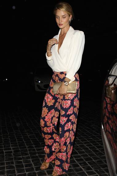Auch ihre Modelkollegin Rosie Huntington-Whiteley setzt auf die bequemen Pants von Reformation. Sie kombiniert diese jedoch etwas eleganter mit einer feinen Seidenbluse und Clutch.