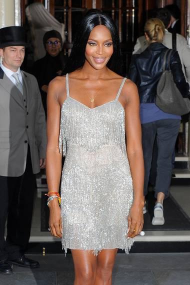 Naomi Campbell trägt ebenfalls das funkelnde Abendkleid, welches Modelkollegin Kate Moss für Topshop kreiert hat.