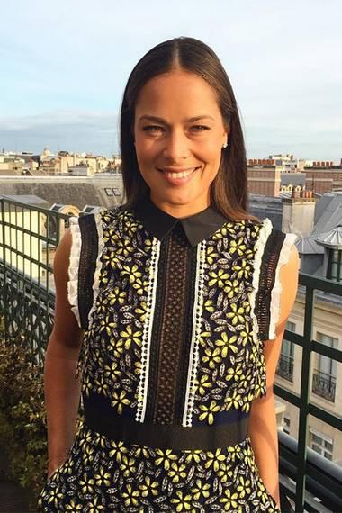 Sommerlich elegant im floralen Outfit von Self-Portrait zeigt sich eine strahlende Ana Ivanovi? bei der Players Party von Roland Garros in Paris.