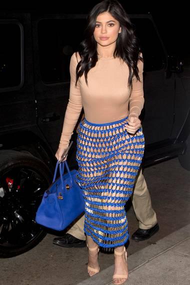 Sie mag es sehr freizügig: Zum Abendessen mit ihrem Freund Tyga trägt Kylie Jenner den Netzrock von Balmain.