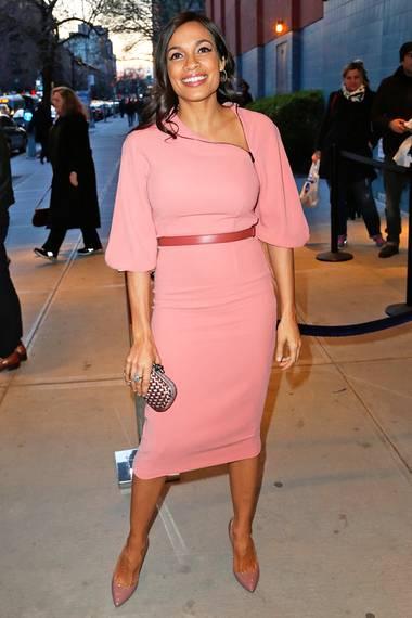 Nicht nur Rosario Dawson ist in dem rosafarbenen Kleid von Bottega Veneta ein absoluter Hingucker.