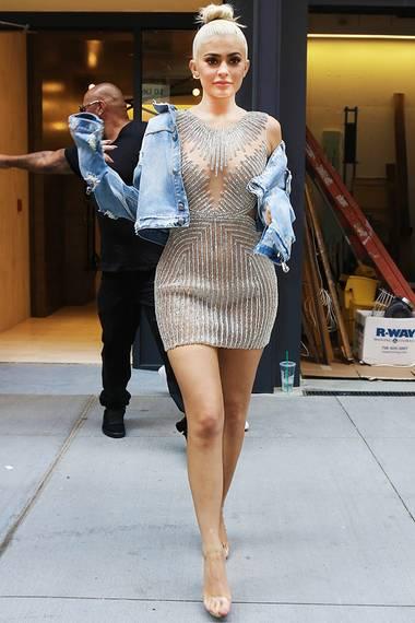 Barfuß durch New York City? Nein, das sind lediglich transparente Strap-Sandalen, die Kylie Jenner da trägt. So schafft sie es, alle Aufmerksamkeit auf ihr funkelndes Kleid von Yousef AlJasmi zu lenken.