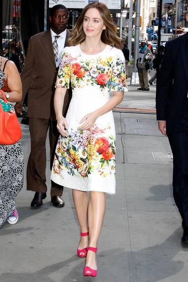 """Das taillierte Blumenkleid von """"Dolce & Gabbana"""" hebt Emily Blunts schmale Silhouette besonders hervor. Ganz ladylike kombiniert die Schauspielerin dazu pinke Pumps mit Fesselriemen, die ihre schlanken Beine zusätzlich optisch strecken und das sexy Outfit so komplettieren."""