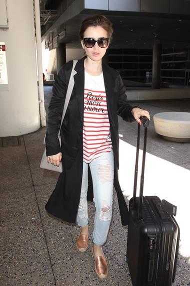 Lily Collins liebt Paris - und zeigt das nur zu gerne mit einem gestreiften Shirt von Madewell.