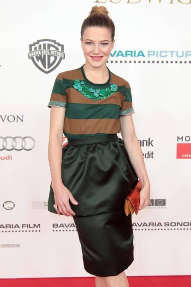 Für Hannah Herzsprung ist das Burberry-Outfit ebenfalls Premieren-tauglich. Sie hat sich allerdings für die grüne Variante entschieden.