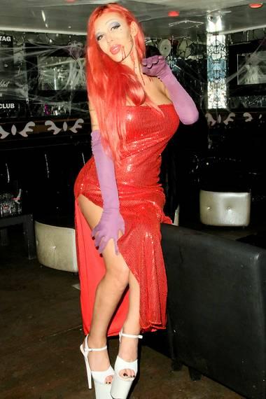 Edona James wird im knappen Paillettenkleid an Halloween ebenfalls zur Jessica Rabbit Kopie.