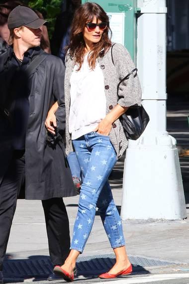 Eine lässige Kombination zu der Trend-Hose von Current/Elliott lässt sich das 90er-Jahre Supermodel Helena Christensen einfallen. Im gemütlichen Cardigan und auf flachen Schuhen schlendert sie in dem It-Piece durch New York.
