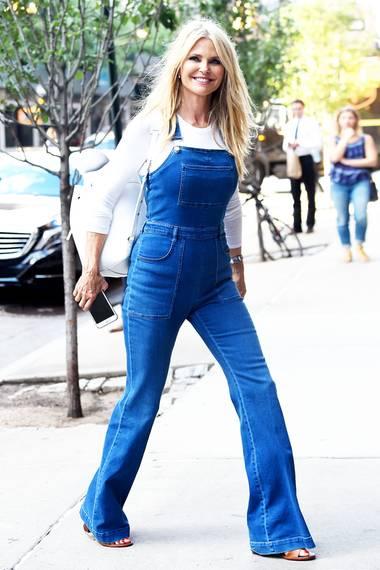 Model und Schauspielerin Christie Brinkley, zeigt mit ihren unglaublichen 62 Jahren, dass der Jeans-Latzhosen-Trend alterslos ist.