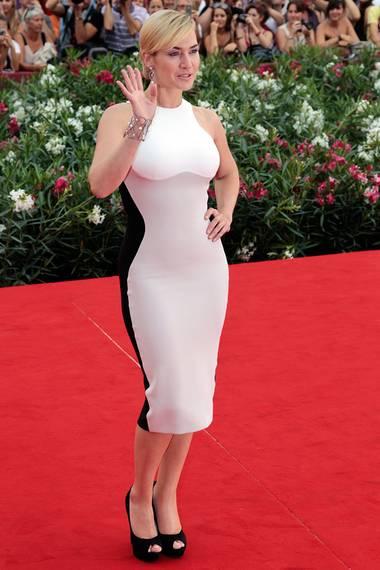 Kate Winslet zeigt bei einem Besuch in Venedig in dem figurbetonten Kleid von Stella McCartney, wie schön weibliche Rundungen sind.