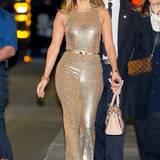 Normalerweise klauen andere den Style von Jennifer Lopez. Von Gigi Hadids Glitzer-Jumpsuit hat sie sich jedoch diesmal inspirieren lassen.