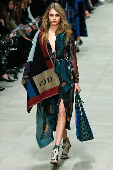 Topmodel Cara Delevingne führte die Fashion-Show zur Herbst-/Winter-Kollektion von Burberry Prorsum mit dem grafischen und mit Initialien bestickten Woll-Poncho an und durfte das gute Stück natürlich behalten.