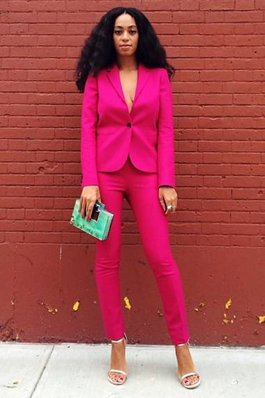 Schwestern teilen alles: Zuerst verbreitet Solange Knowles im engsitzenden, pinken Anzug sommerliches Flair.