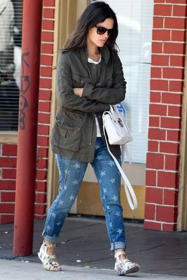 Auch Rachel Bilson setzt bei der Jeans von Current/Elliott auf einen coolen Look und kombiniert sie zu flachen Römersandalen, die ebenfalls ein Muster haben. So treffen bei der Schauspielerin Sternchen auf Schlangen-Optik.