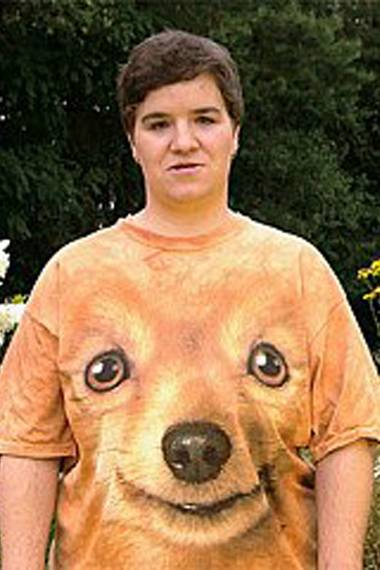 """Beate ist einfach Kult. Die Dauer-Teilnehmerin der RTL-Sendung """"Schwiegertochter gesucht"""" liebt ihr Hunde-T-Shirt über alles."""