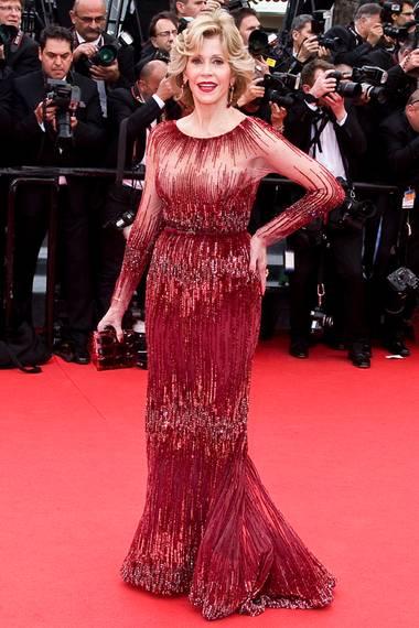 Bei den Filmfestspielen von Cannes hat Jane Fonda einen glanzvollen Auftritt in einem dunkelroten, pailettenbesetzten Kleid von Elie Saab.
