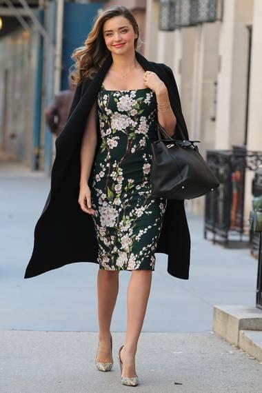 Miranda Kerr sieht einfach in allen Outfits gut aus, so auch im floralen Etuikleid von Dolce & Gabbana.