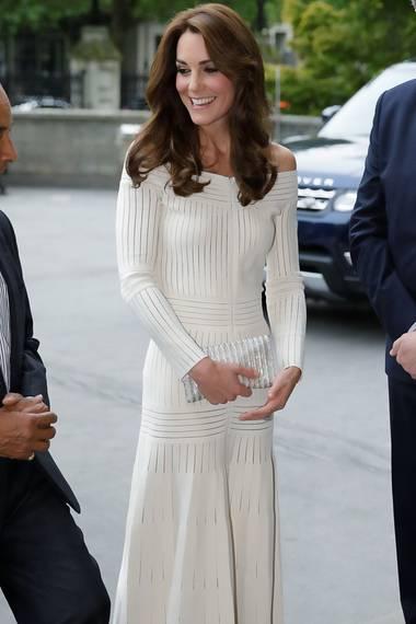 Herzogin Catherine trug eine weiße Variante des Kleides von Barbara Casasola. Mit dem schulterfreien Dress zeigte sich die Ehefrau von Prinz William ungewohnt freizügig. Ansonsten jedoch gewährte das Kleid keinerlei weitere Einblicke. Im Gegensatz zum schwarzen Pendant von Melanie, bei dem sie mit der Transparenz spielt.