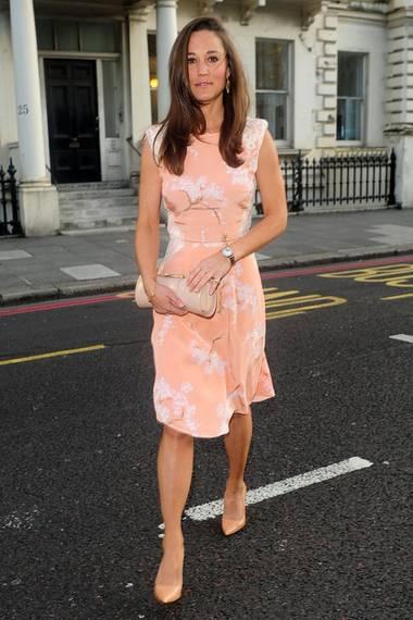 Und auch Pippa Middleton zeigt mit diesem Kleid von Tabitha Webb die Vorzüge des Frühsommers.