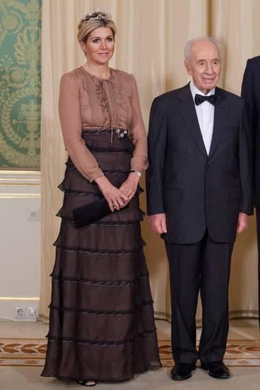 Königin Máxima trägt das braune Valentino-Kleid während des Staatsbesuch von Israels Präsident Shimon Peres in Den Haag.