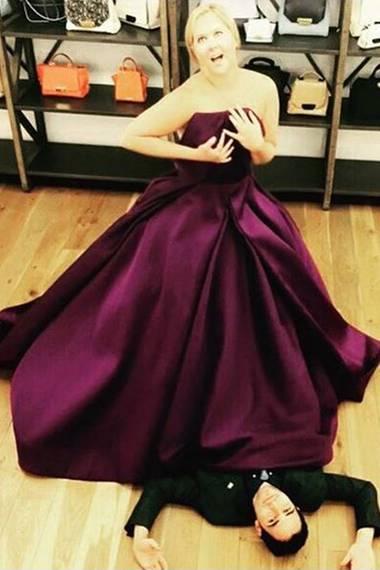 Ganz zu bekommt Schauspielerin Amy Schumer das violette Kleid nicht. Statt Zipper müssen da die bloßen Hände das Bustier an Ort und Stelle halten. Selbst Zac Posen gibt sich geschlagen. Amy nimmt's mit Humor!