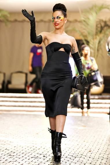 Lady GaGa bringt mit langen Leder-Handschuhen zum gleichen Kleid noch zusätzliche Raffinesse in den Look.
